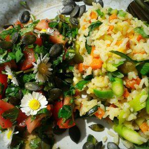Bunt gemixt-Farbenfroher Reis mit kunterbuntem Salat