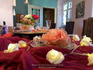 Die von Christel Trost so liebevoll arrangierte Tischdekoration spricht schon für sich... Spürbar entfaltet sich der Duft der zarten Rosen und gleitet auf sanfte Weise durch den Raum...