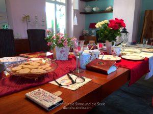 Während wir bei der Arbeit sind, warten auf dem Tisch leckere, von Christel Trost gebackene, Rosenkekse auf uns.