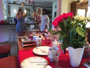 Mit Waage, Mörser und jede Menge guter Laune fertigen wir eine köstliche indische Rosengewürzmischung, trinken Minz-Rosen-Limetten-Wasser, laben uns an der traumhaft sinnlichen Essenz und schwelgen in raumerfüllenden Rosendüften...Es geht uns gut :-)