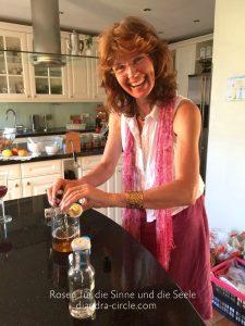 Christel Trost beginnt miti der Zubereitung einer zart duftenden Rosenessenz
